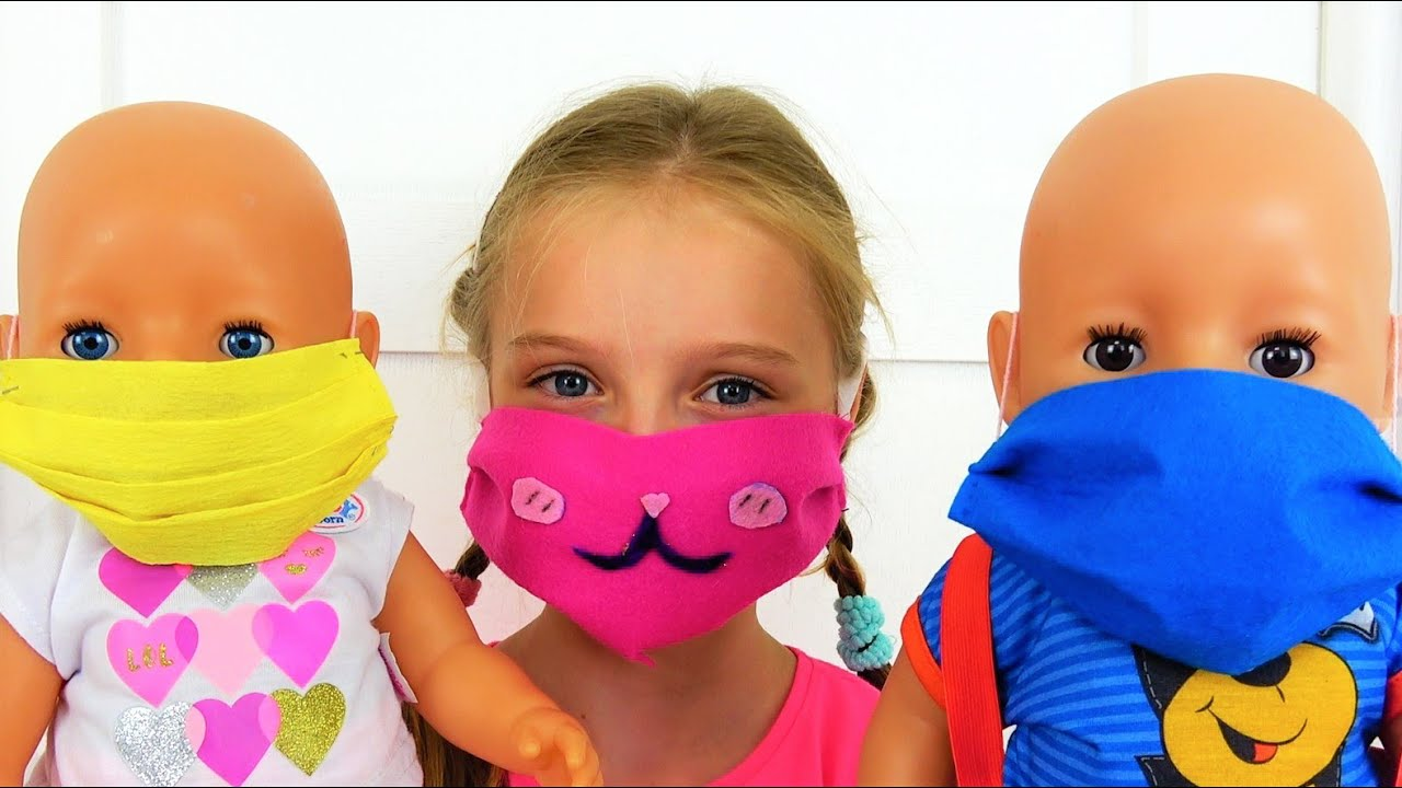 Полина шьет красивые маски для кукол