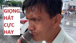 Anh khiếm thị đội mưa bán từng cây viết quá bất ngờ được người lạ hỗ trợ 1 tháng tiền nhà trọ!