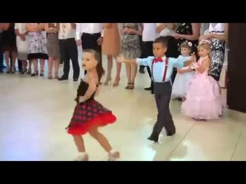 Casal de crianças dançando thumbnail