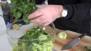 Salade composée à la romaine et aux légumes d'hiver.