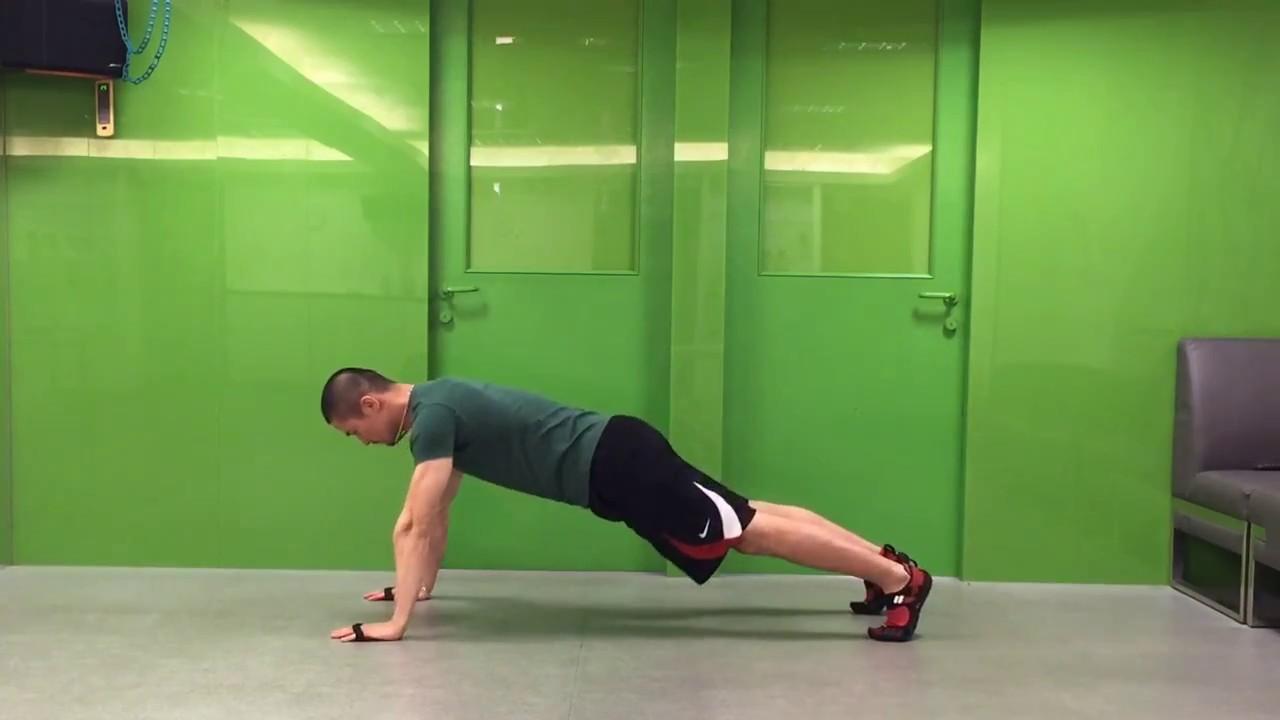 迪卡儂--襯墊式訓練手套--示範簡單地版動作 - YouTube