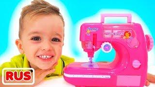 Влад и Никита играют с игрушечной швейной машинкой