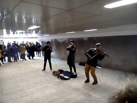 Три скрипки в переходе у арбата