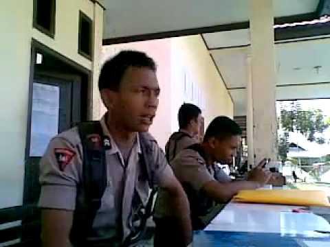 indonesian-police-man_do-indian-dancing-chaiyya-chaiyya-very-funny .flv