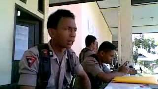 indonesian-police-man_do-indian-dancing-chaiyya-chaiyya-very-funny .flv