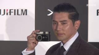 俳優の本木雅弘が、富士フイルムのデジタルカメラ「FUJIFILM X...