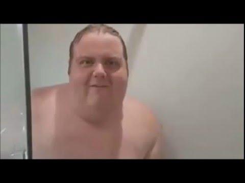 Francesco Saverio Nozzolino mentre fa la doccia