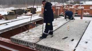 Видео про то как укладывают сборные, пустотные плиты перекрытия(Монтируем плиты перекрытия 2-го этажа на 2-м десятиквартирном блокированном доме., 2013-12-13T15:10:04.000Z)