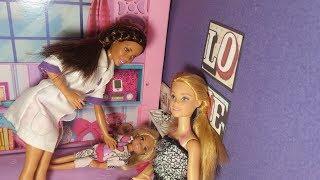 Почему болит животик? Видео с куклами Барби и Челси для девочек.