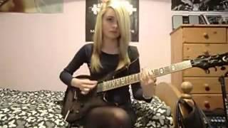 Симпотичная сексуальная блондинка очень красиво играет на гитаре в постели, домашнее видео, девушка