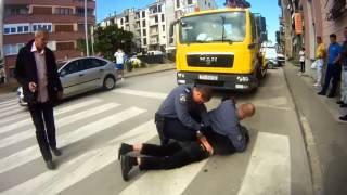 Policajci ga brutalno priveli zbog krivog parkiranja