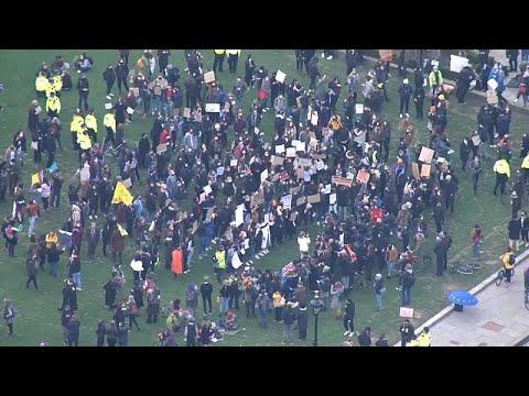 شاهد: مظاهرة  بلندن تنديدا بتعامل الشرطة مع المتظاهرين خلال الوقفة الاحتجاجية على مقتل سارة إيفير…