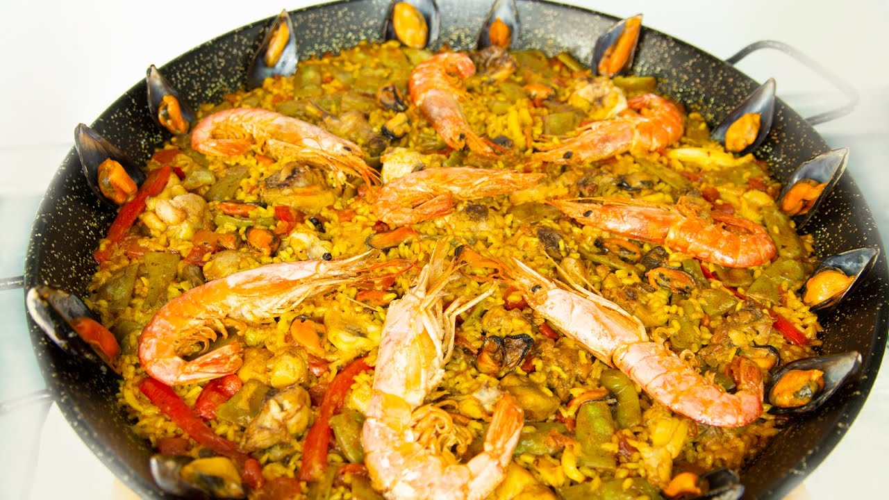 Paella mixta de pollo y marisco. Mixed chicken and seafood paella.