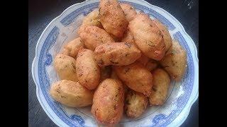 nguyên liệu gồm: đậu xanh nấu chính 1 miếng đậu hủ ngò rí bột chiên...