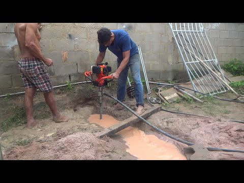 máquina-a-gasolina-de-furar-poço-artesiano-e-o-trabalho-com-as-brocas.-perfuratriz-de-solo