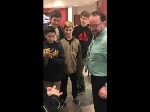 MAGICIAN FOOLS JEWELRY SHOP WORKERS!!