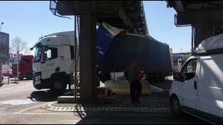 Marseille : un camion s'est encastré sous la passerelle Rabatau