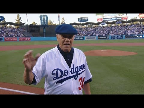ARI@LAD Gm2: Maury Wills throws first pitch in Game 2