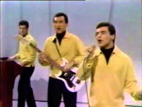 Frankie Valli and The Four Seasons  Lets Hang On live
