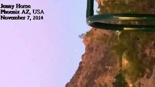 В Сети появилось видео НЛО в сопровождении вертолета(Жительница Аризоны (США) сняла видео, на котором видна летающая тарелка и парящий над ней вертолет. Дженни..., 2014-11-25T02:40:45.000Z)