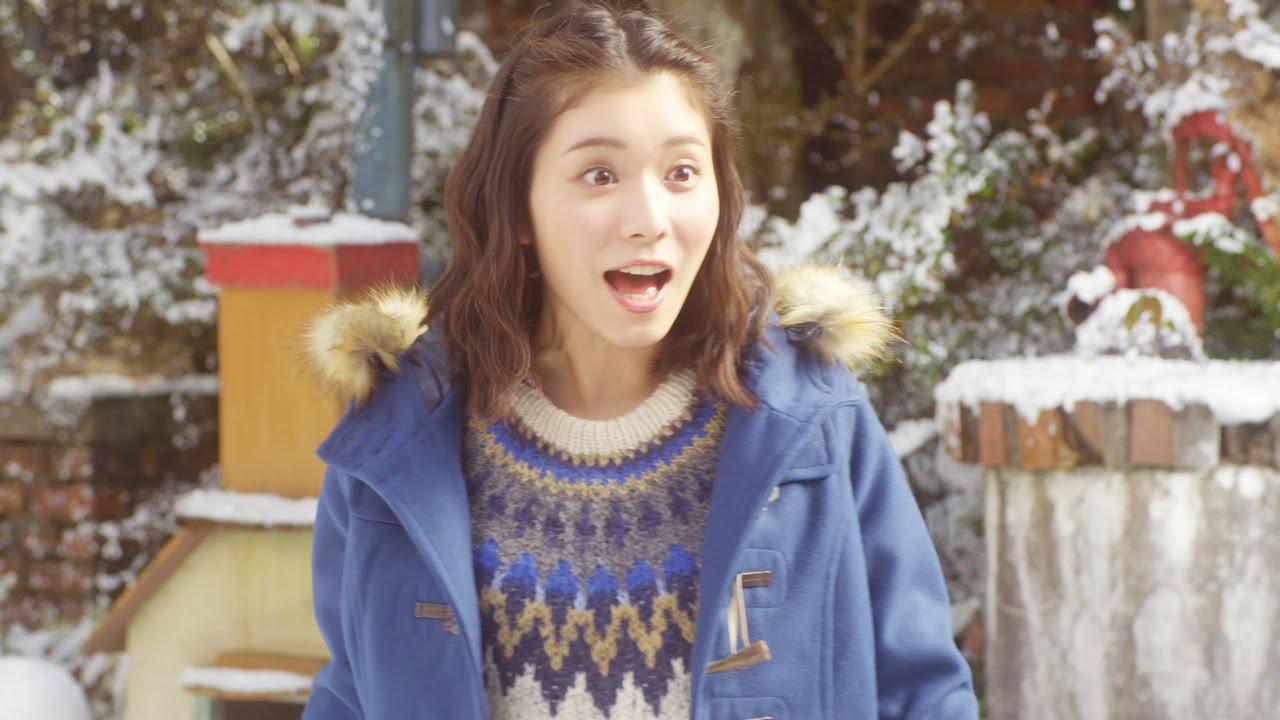 青いコートを着て驚いた表情をしている松岡茉優