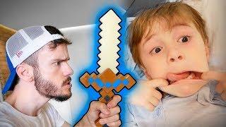ESPADA DO MINECRAFT DE BRINQUEDO!! Maikito Brincando com o Primo - Minecraft Toys
