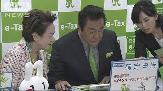 所得税などの確定申告が16日から始まり、東京・港区の税務署を訪れた俳...