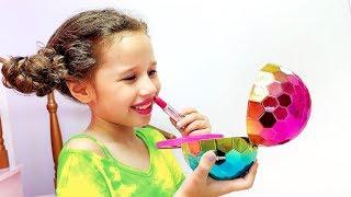 Valentina brinca de se vestir e com maquiagem de brinquedos