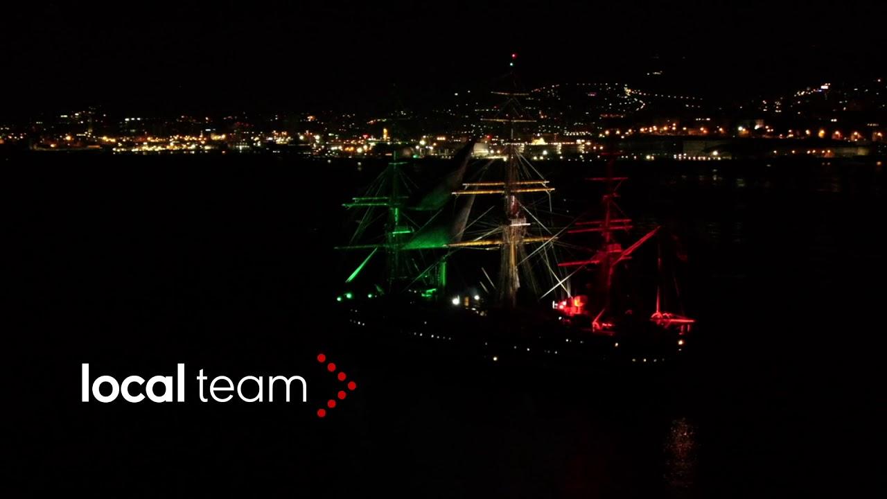L'Amerigo Vespucci saluta Genova: nave illuminata con il tricolore
