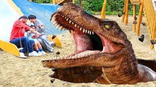 Boram et papa jouent à Dinosaure Musée pour les enfants