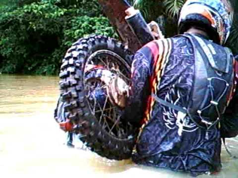 Como atravessar um rio de moto.