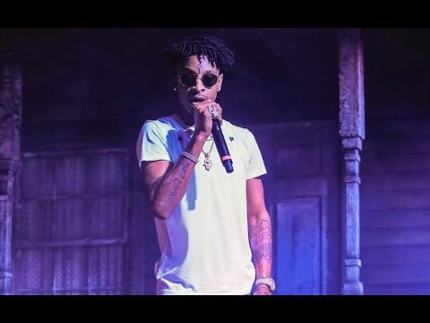 "21 Savage ""Almost Fights At Concert Brings Goons On Stage After Fan Throws Bottles"""