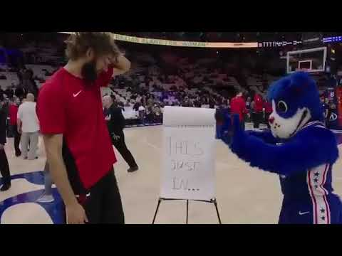 Robin Lopez trolled by 76ers mascot