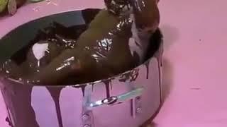 Çikolata banyosu yapan komik bebek