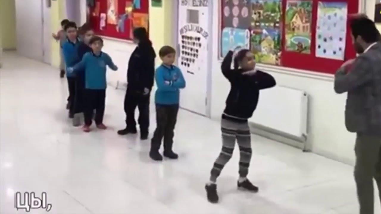 #Школа_мечты_реальна! Учитель танцует с учениками перед ...