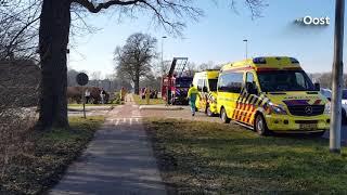 Auto belandt in de sloot na botsing in Ambt Delden