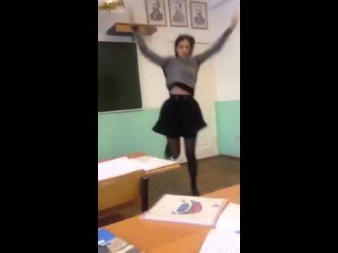 Девушка танцует в коридоре видео фото 195-111