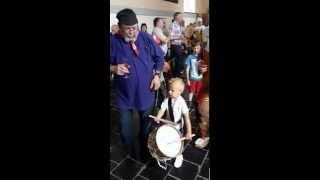 Garçon de 3 ans joue du tambour de gille à Le Roeulx carnaval 2015