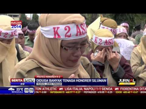 Nasib Terkatung, Puluhan Guru Honorer Sobek Seragam PNS