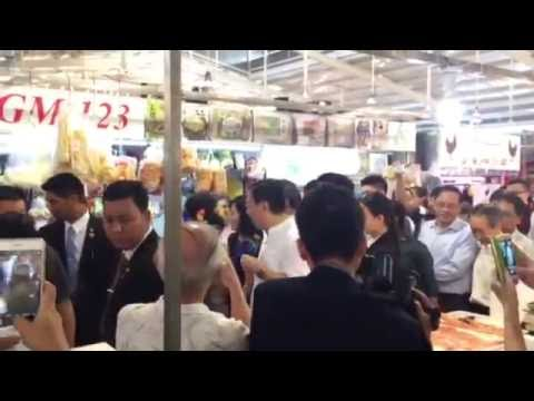 Aung San Suu Kyi meets crowd at Ghim Moh Market and Food Centre