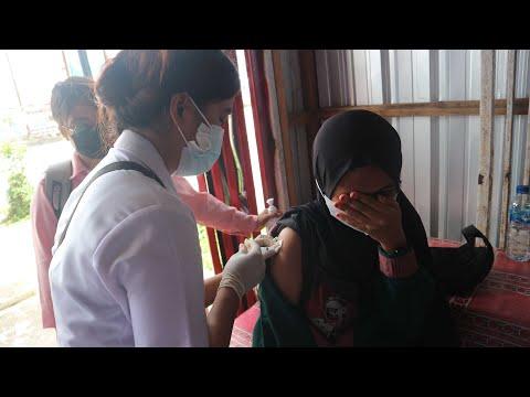 Polisi dan Tim Medis di Timika Suntik Vaksin Pelaku Usaha di Tempat Jualan