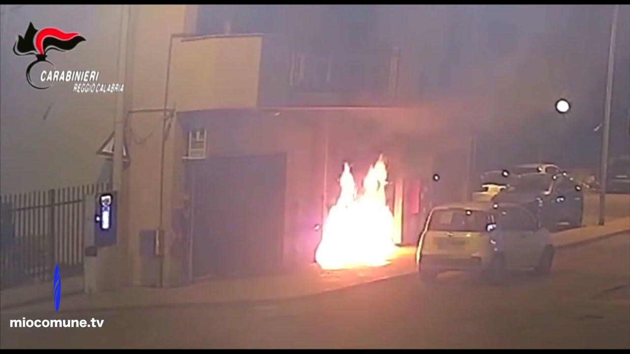 Incendio per convincere un commerciante a vendere alla 'Ndrangheta: 2 arresti