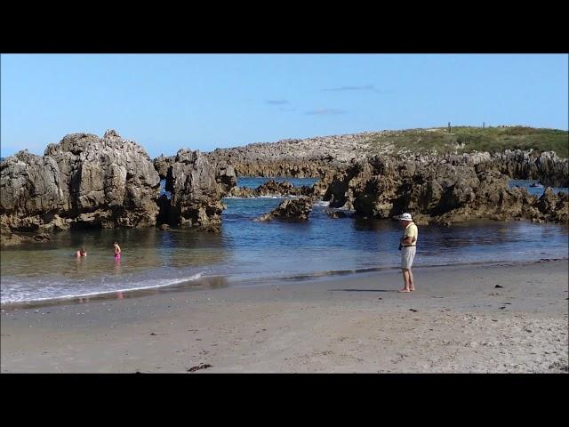 Guía practica de la Playa de Toró en Llanes, los formaciones rocosas son las protagonistas.