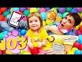 Бьянка и мама Маша ищут машинки в бассейне с шариками - Привет, Бьянка