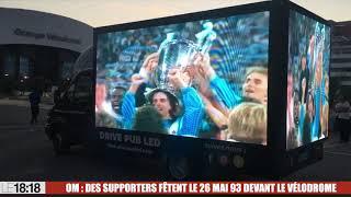OM : des supporters célèbrent le 26 mai 1993 devant l'Orange Vélodrome
