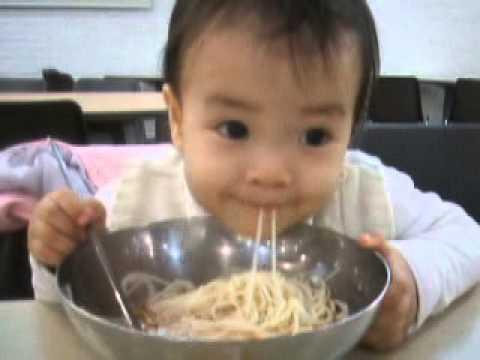Bayi Lucu Mandiri Makan Sendiri