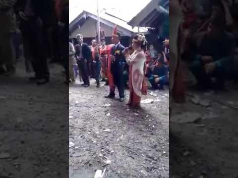 Sepasang pengantin bernyanyi lagu sedih,