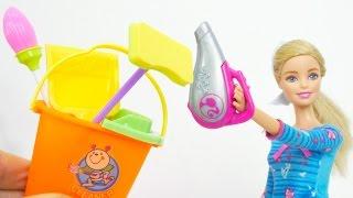 Büyük temizlik oyunu var! Barbie temizlik yapıyor! Oyuncak temizlik seti de var! Hizmetçi oyunları