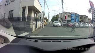 危ないハリア-だな、狭い道路で、子供が自転車や走っている間の真ん中を...