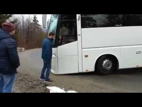 Pullman cade in una scarpata con 28 turisti a bordo in diretta